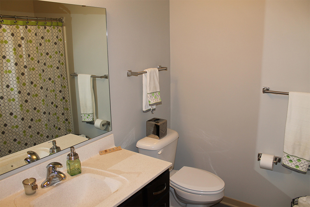 Capitol's Edge Apartments - Bathroom